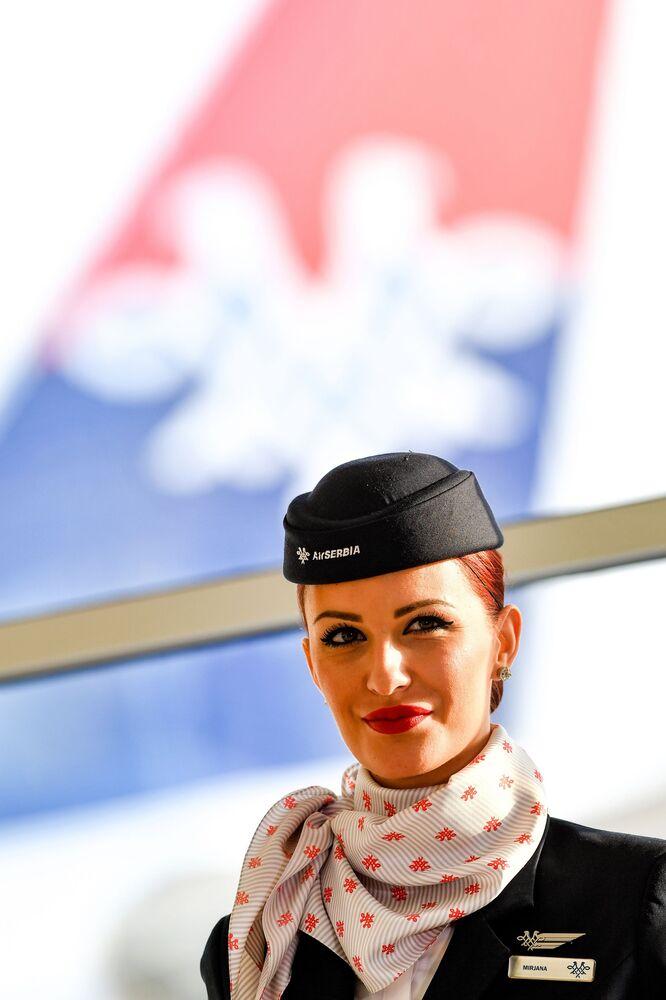 Aeromoça da empresa aérea Air Serbia