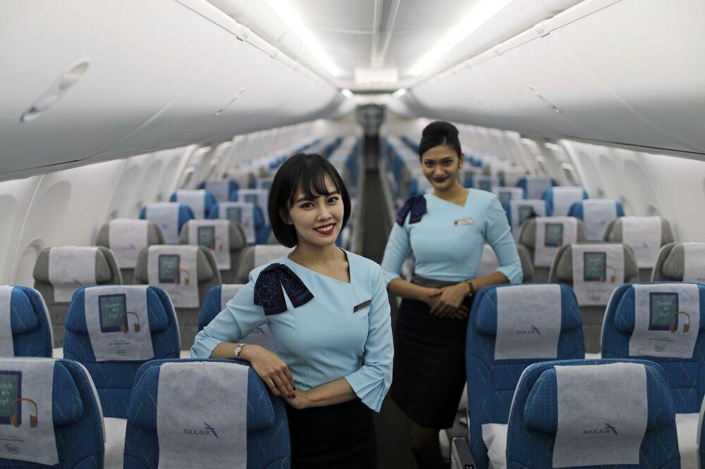 Aeromoças da empresa aérea de Singapura SilkAir a bordo do novo avião Boeing 737 Max 8, no aeroporto de Changi