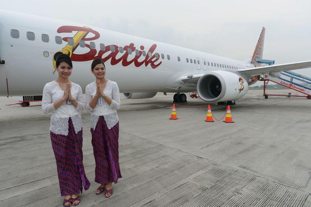 Aeromoças da empresa aérea da Indonésia, Batik Air, posando em frente a um Boeing 737-900