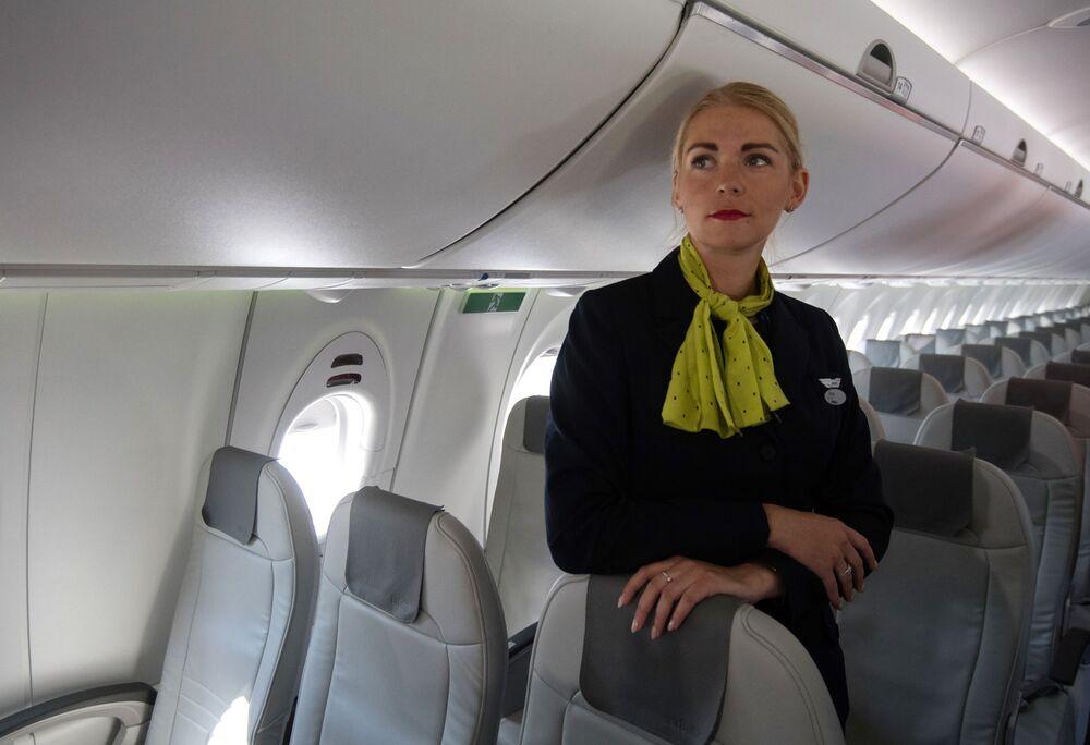 Aeromoça a bordo do avião Bombardier CS300 da empresa letã airBaltic