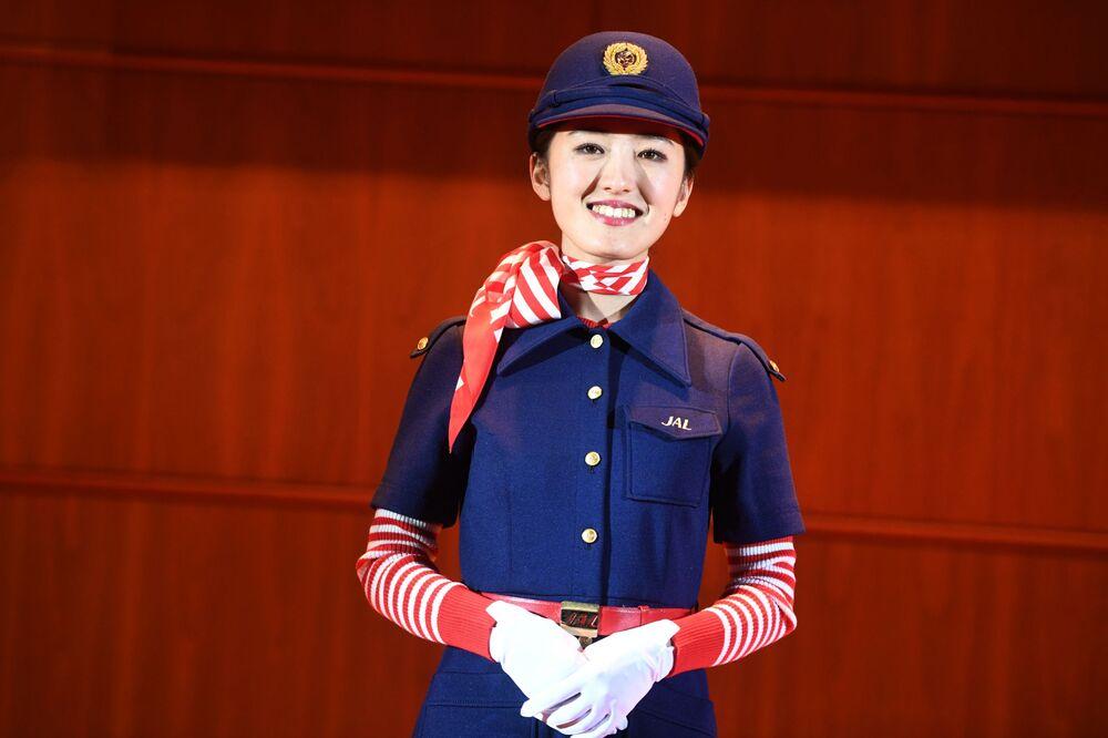Aeromoça da empresa Japan Airlines durante uma demonstração de uniformes
