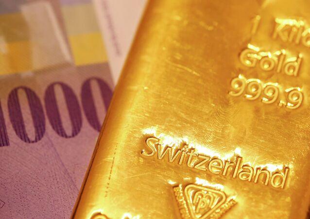 Franco suíço e barra de ouro
