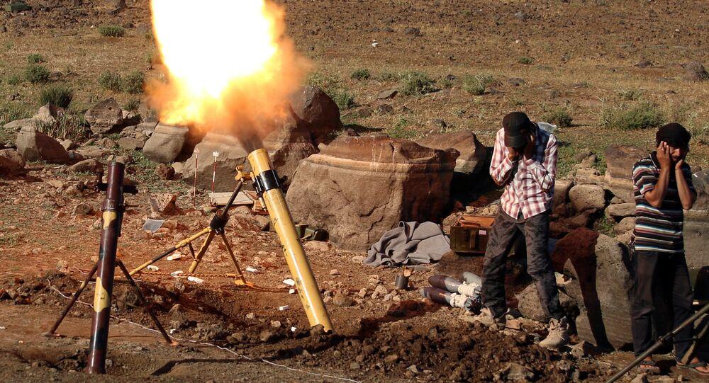 Militantes atiram morteiro contra as forças leiais ao presidente sírio Bashar Assad, em Quneitra, na fronteira com a região das colinas de Golã, ocupadas pelo por Israel.