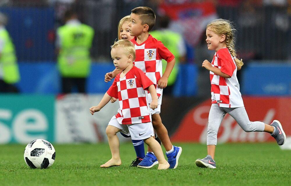 Filhos dos jogadores croatas entram em campo para comemorar a vitória dos pais.