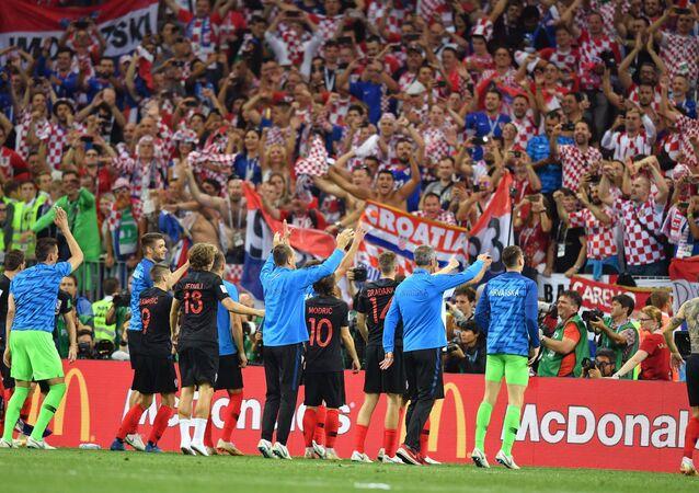 Jogadores croatas agradecem o apoio da torcida após a vitória histórica contra a Inglaterra em Moscou.