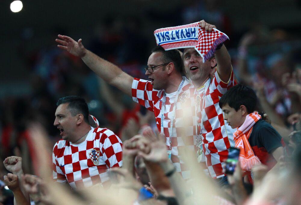 Torcida croata comemora momento histórico da classificação da Croácia para sua 1ª final de Copa de Mundo.