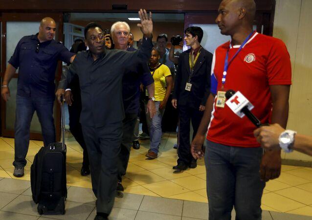 Pelé chega a Havana para o amistoso entre a seleção de Cuba e o Cosmos de Nova York.
