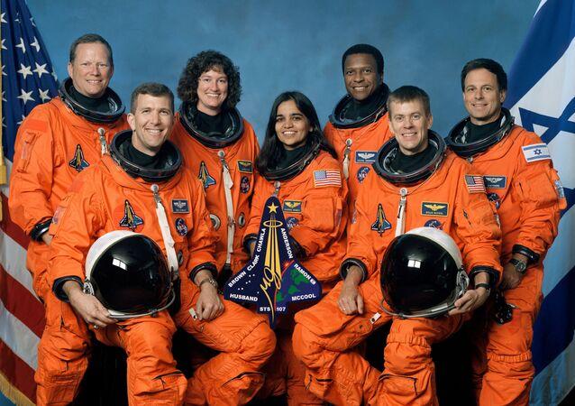 Tripulação da Columbia STS-107. Á frente, da esquerda para a direita, comandante Rick Husband, especialista da missão Kalpana Chawla, piloto William McCool. No fundo, da esquerda para a direita, especialista da missçao David Brown, especialista da missão Laurel Clark, comandante de carga Michael Anderson e especialista de carga Ilan Ramon, de Israel. A missão Columbia se desintegrou sobre o Texas em fevereiro de 2003.