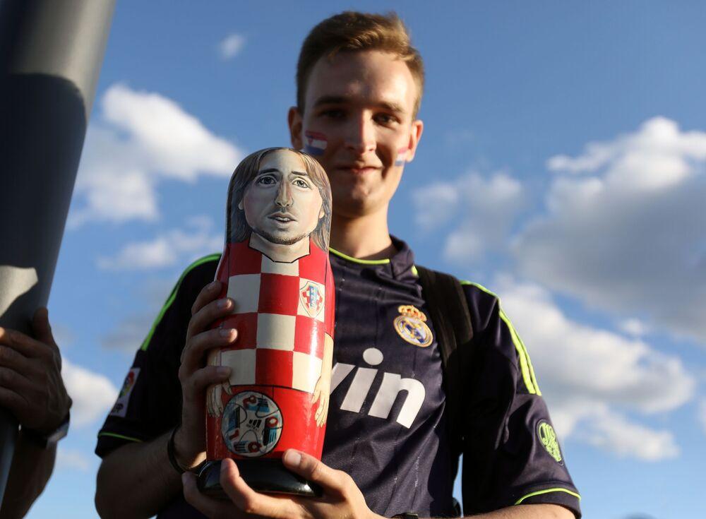 Torcedor da Seleção Croata mostra matryoshka com retrato do craque Luka Modric