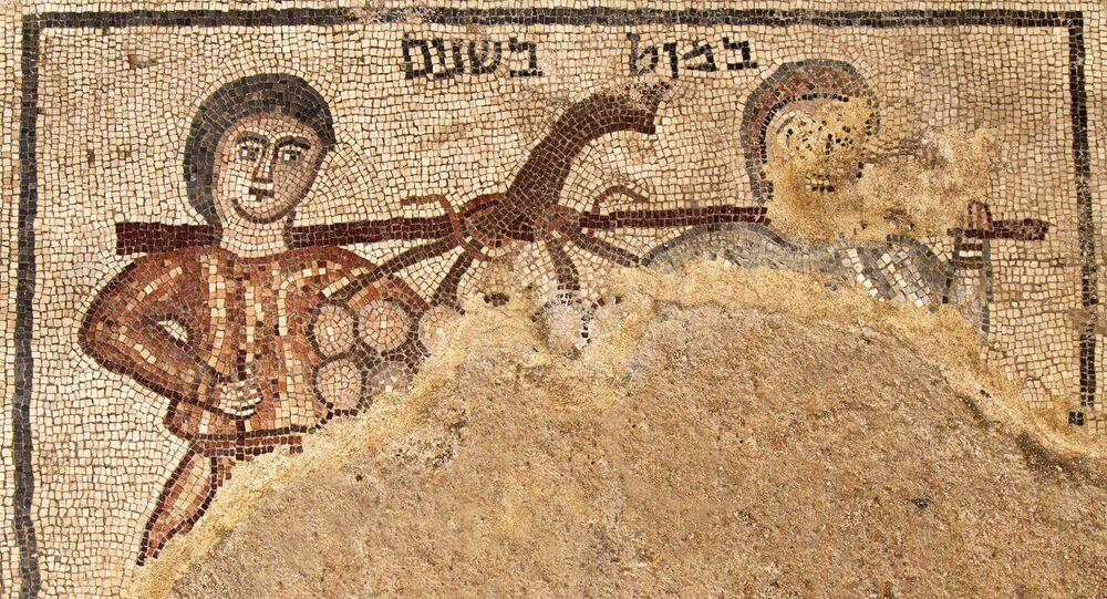 O mosaico mostrando dois espiões, enviados por Moisés para estudarem Canaã, descoberta em uma sinagoga antiga no norte de Israel