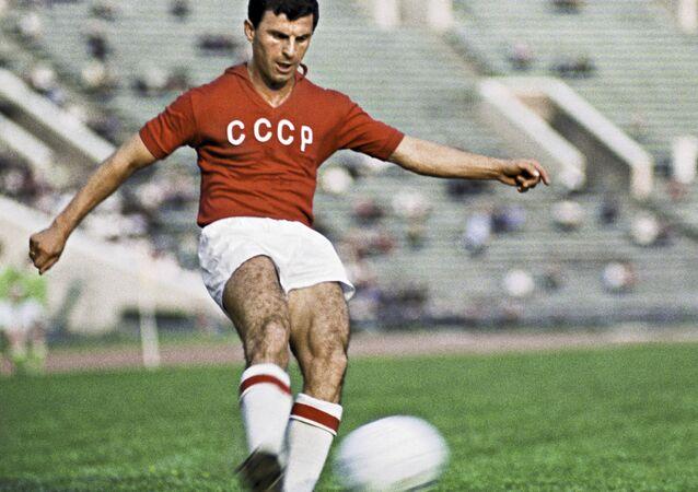 Slava Metreveli, atacante da URSS, em foto de 1966.