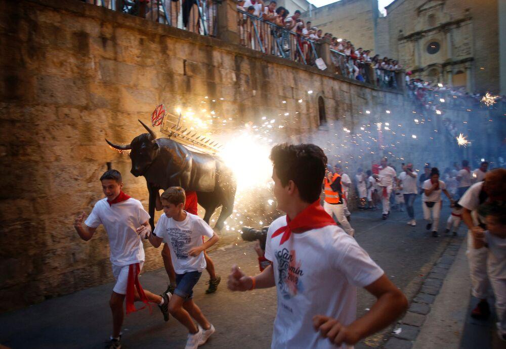 Participantes das Festas de São Firmino em Pamplona, Espanha