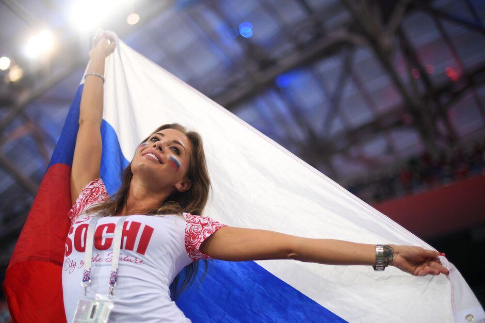 Torcedora da Seleção Russa antes da partida das quartas entre os times russo e croata
