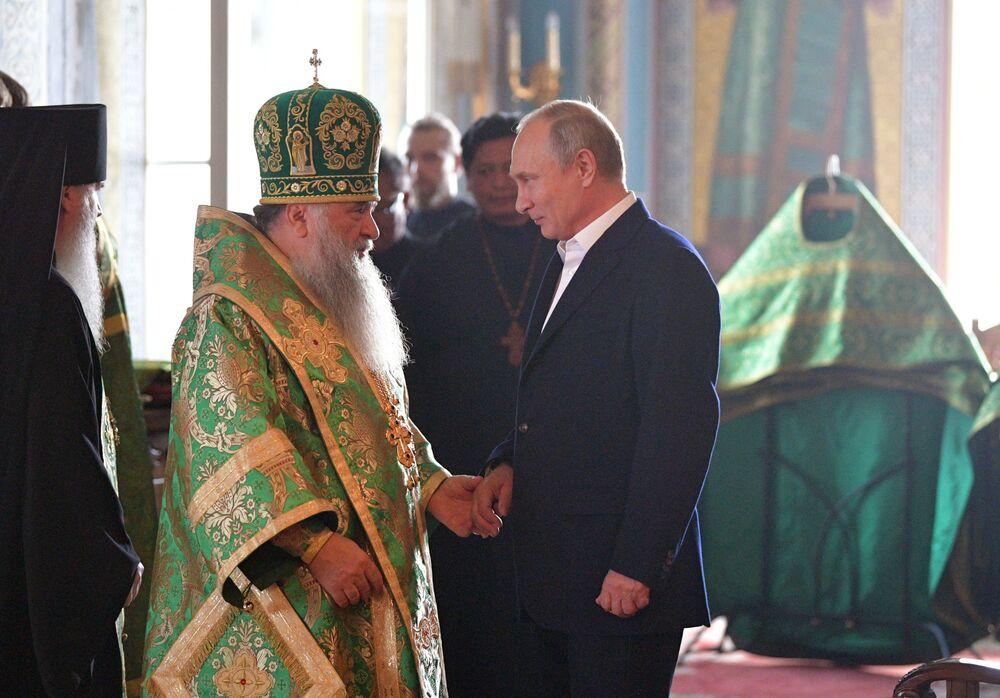 Presidente russo, Vladimir Putin, e o superior do Mosteiro de Valaam, bispo Pankraty, durante as celebrações em memória dos santos Sérgio e German, evangelizadores de Valaam