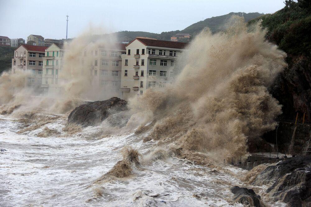 Ondas gigantes durante o tufão Maria, na província chinesa de Zhejiang