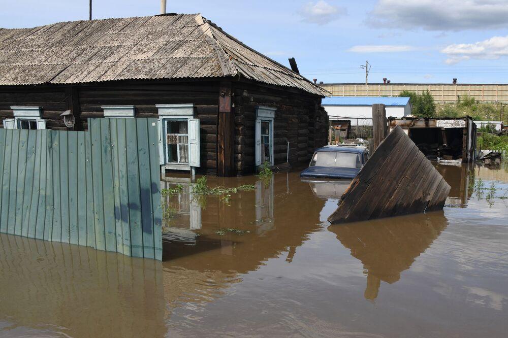 Uma casa inundada na cidade russa de Chita