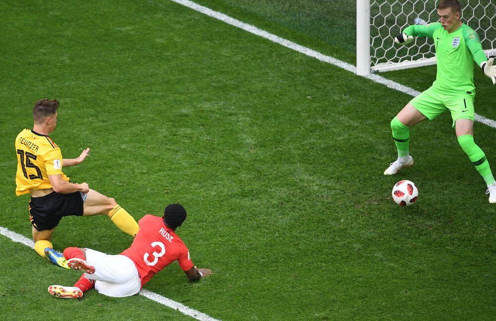 Thomas Meunier marca o primeiro gol da partida entre a Bélgica e a Inglaterra no Estádio de São Petersburgo.