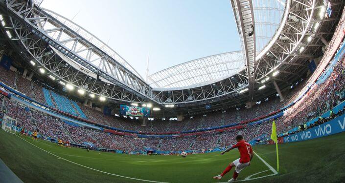 Belo ângulo capturado pelas câmeras da Sputnik mostra o estádio de São Petersburgo em perspectiva durante cobrança de escanteio de Kieran Trippier.