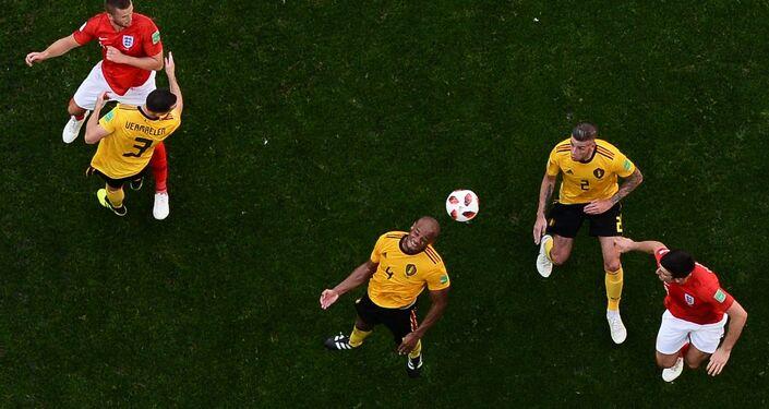 Disputa de bola pelo alto dá vantagem ao zagueiro belga Kompany na partida de disputa do 3º lugar na Copa do Mundo de 2018.