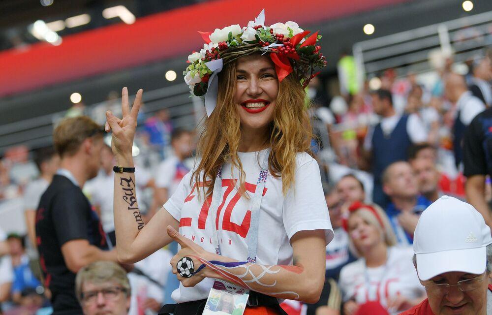 Torcedora britânica antes da partida da semifinal da Copa 2018 entre a Croácia e a Inglaterra.
