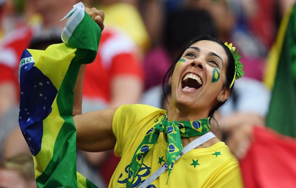 Torcedora brasileira durante a partida das quartas de final da Copa 2018 entre o Brasil e a Bélgica