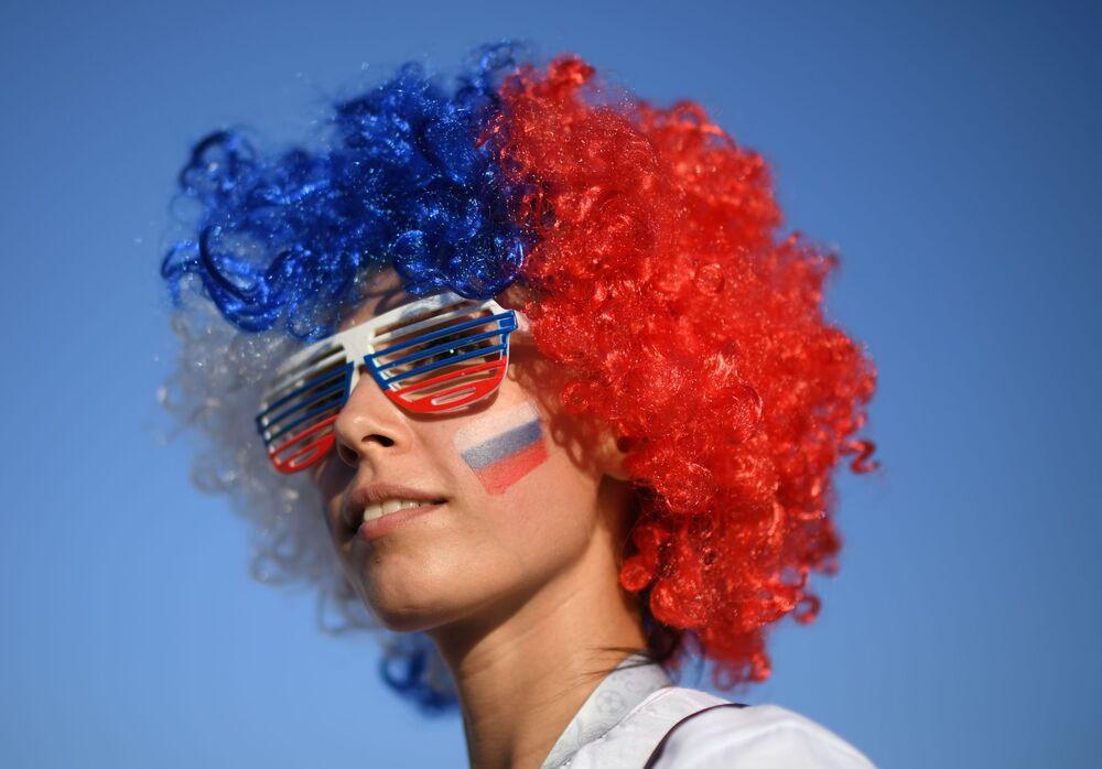 Torcedora russa antes da partida das quartas de final da Copa 2018 entre a Rússia e a Croácia