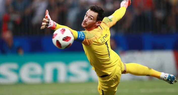 O goleiro da seleção da França, Hugo Lloris, se enrola e sofre gol de Ivan Perišić durante a partida da final Copa do Mundo contra a Croácia.