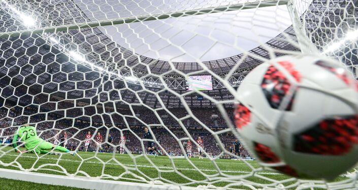Danijel Subasic, goleiro da Croácia, perde pênalti batido pelo francês Antoine Griezmann na final da Copa do Mundo em Moscou.