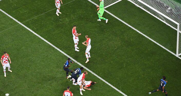 Mario Mandzukic marca gol contra durante a partida final da Copa do Mundo entre França e Croácia.