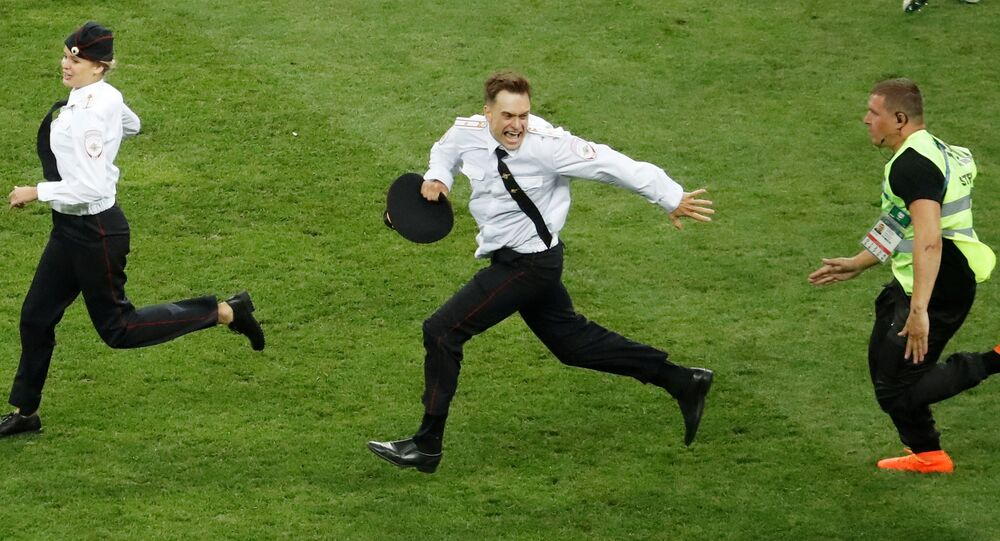 Torcedores invadem o campo durante a partida final da Copa do Mundo entre Croácia e França.