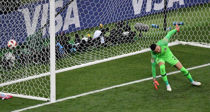 O goleiro da Croácia, Danijel Subasic, leva o gol pelos pés do jovem Kylian Mbappe, da França, durante a partida final da Copa do Mundo em Moscou.