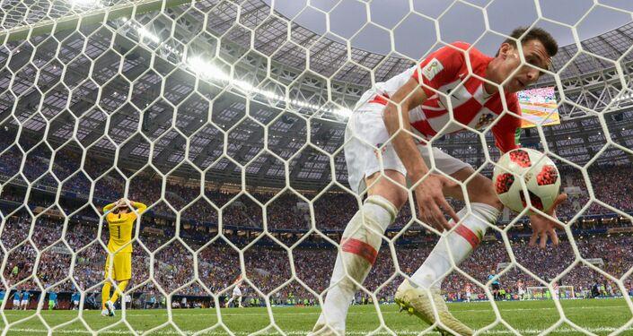 Mario Mandzukic, da Croácia, marca um gol durante a partida final da Copa do Mundo contra a França no estádio Luzhniki, em Moscou.