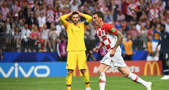 Mario Mandzukic, da Croácia, comemora seu gol durante a partida final da Copa do Mundo contra a Croácia no estádio Luzhniki, em Moscou.