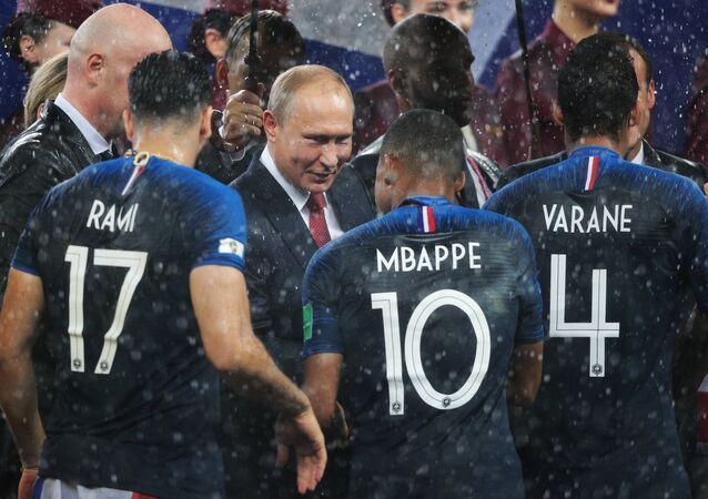Presidente russo, Vladimir Putin, parabenizando os jogadores franceses pela vitória na Copa do Mundo 2018