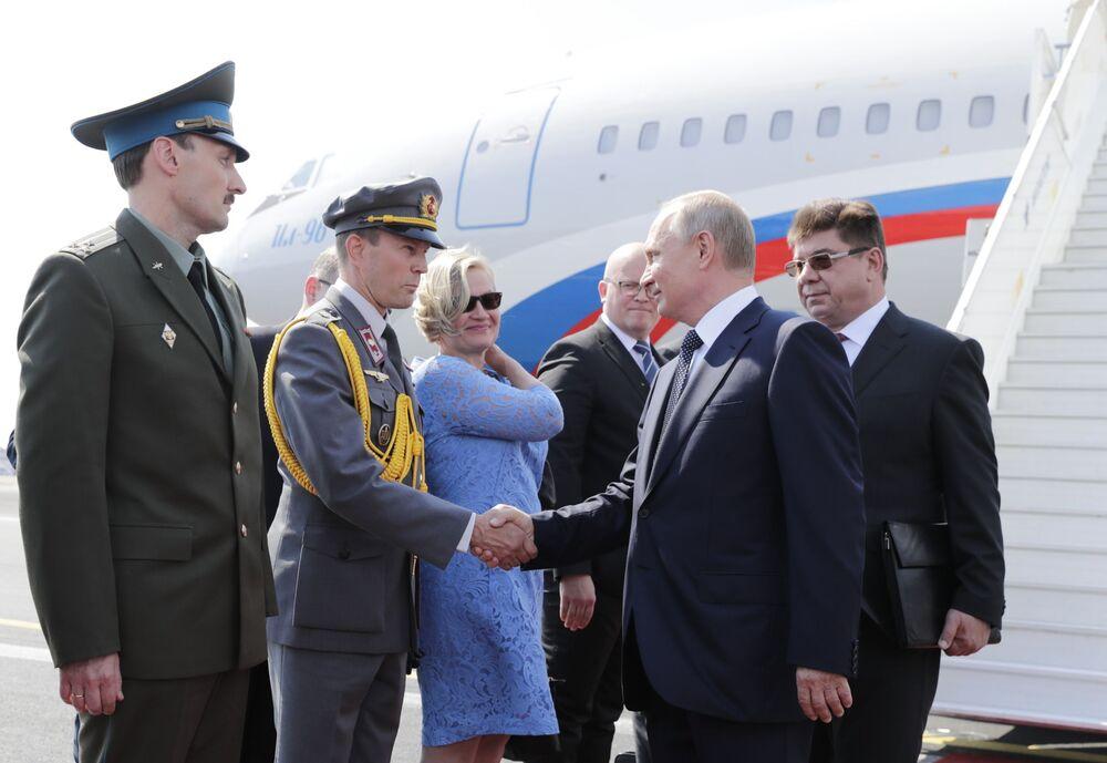 Presidente Vladimir Putin durante encontro no aeroporto de Helsinque, com o embaixador da Rússia na Finlândia, Pavel Kuznetsov, em 16 de julho de 2018