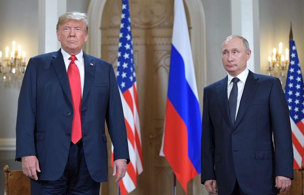 Vladimir Putin e Donald Trump se encontram no palácio presidencial na capital finlandesa, em 16 de julho de 2018