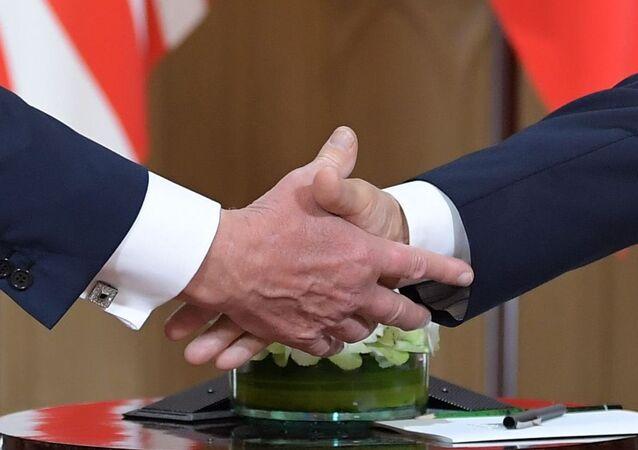 Aperto de mãos entre o presidente russo Vladimir Putin e o presidente dos EUA, Donald Trump, no palácio presidencial em Helsinque durante reunião