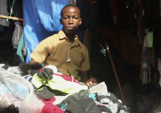 Mercado de roupas usadas (imagem referencial)