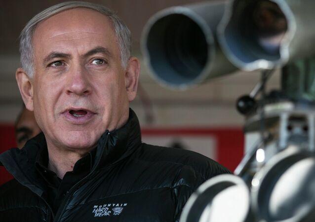 Primeiro-ministro de Israel, Benjamin Netanyahu, visita um posto militar durante uma visita ao Monte Hermon, nas Colinas de Golã (foro de arquivo)