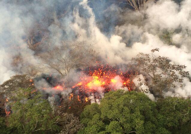 Imagem fornecida pelo Serviço Geológico dos EUA mostra respingos de lava de uma área entre as Fissuras ativas 16 e 20, na parte inferior leste do vulcão Kilauea, no Havaí.