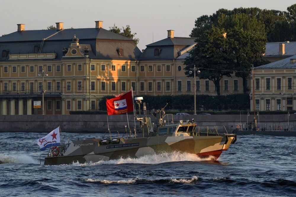 Lancha de patrulhamento Yunarmeets Baltiki passa em um canal do rio Neva no decurso de preparativos para o desfile naval em São Petersburgo