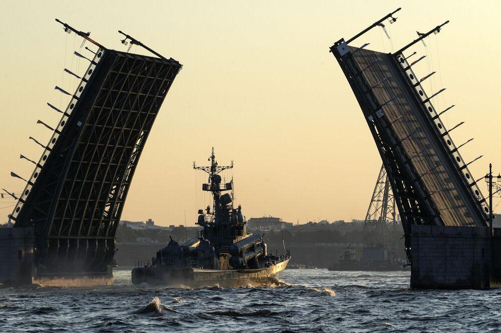 Lancha de mísseis grande Morshansk verifica suas capacidades antes do desfile militar dedicado ao Dia da Marinha da Rússia