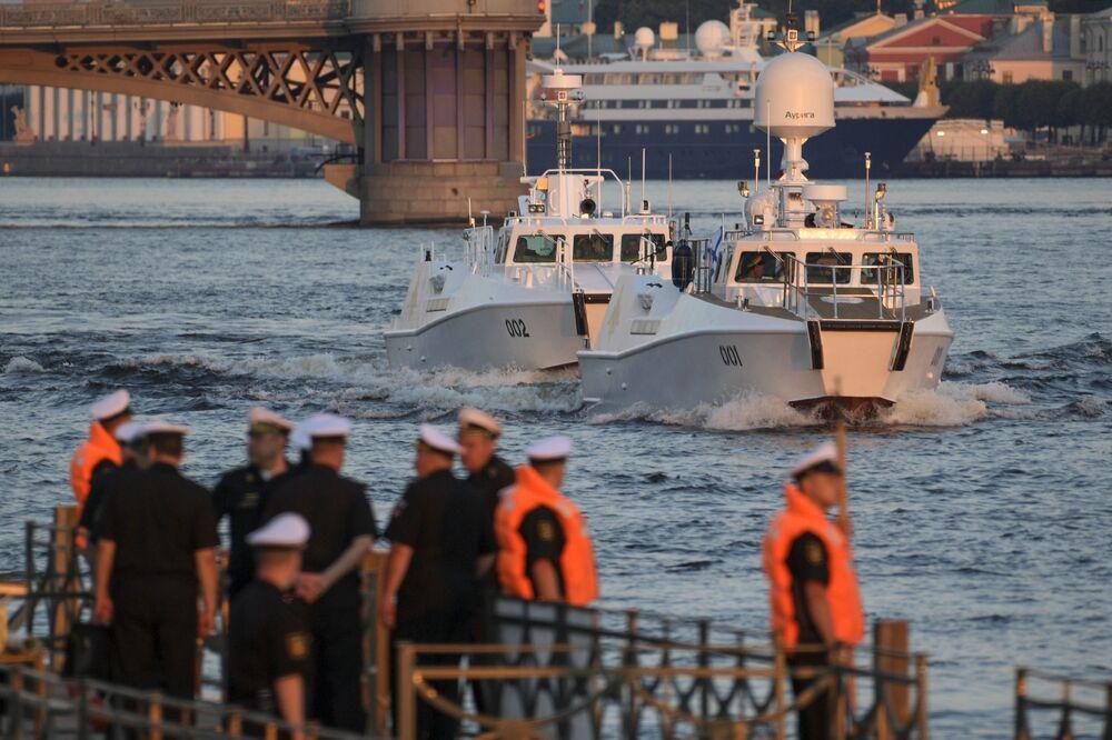 Navios participam no ensaio do desfile militar dedicado ao Dia da Marinha da Rússia no rio Neva, São Petersburgo