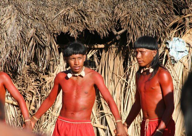 Índios da tribo Xavante realizam ritual