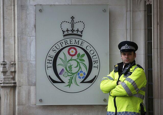 Um policial faz guarda em frente à Suprema Corte no último dia de um julgamento contra uma decisão do governo de Theresa May para deixar a União Europeia. Foto de 8 de dezembro de 2016.