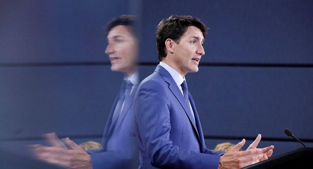 O primeiro-ministro do Canadá, Justin Trudeau, refletido em um monitor durante uma coletiva de imprensa em Ottawa.