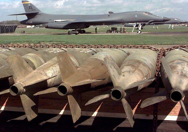 Bombardeiros Lancer B-1B dos EUA passam por uma verificação técnica na base aérea de Fairford antes de serem carregados com bombas convencionais de 500 libras e 30 bombas de fragmentação CBU-87 (em primeiro plano), 02 de abril de 1999 (foto de arquivo)