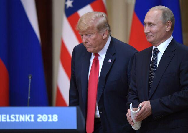 Presidente dos EUA, Donald Trump, e seu homólogo russo, Vladimir Putin, durante a reunião em Helsinque, Finlândia