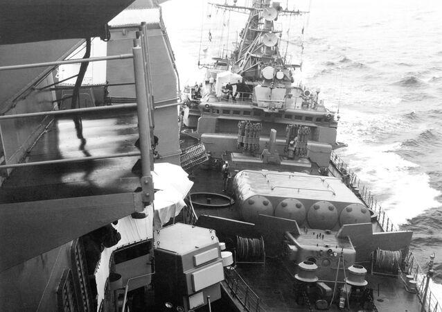 Navio-patrulha Bezzavetny da Frota do Mar Negro choca com o cruzador norte-americano USS Yorktown, 12 de fevereiro de 1988
