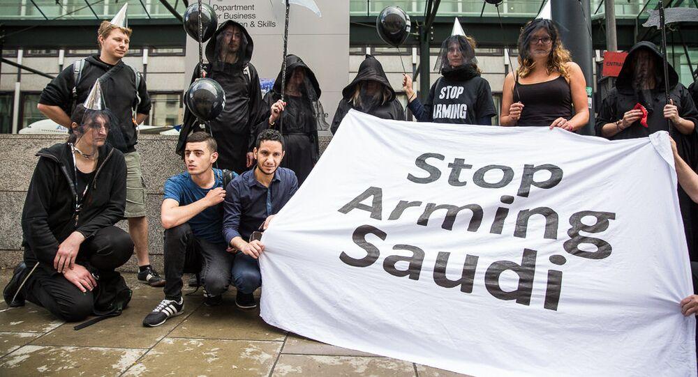 Membros da ONG britânica Campanha Contra o Comércio de Armas (CAAT).